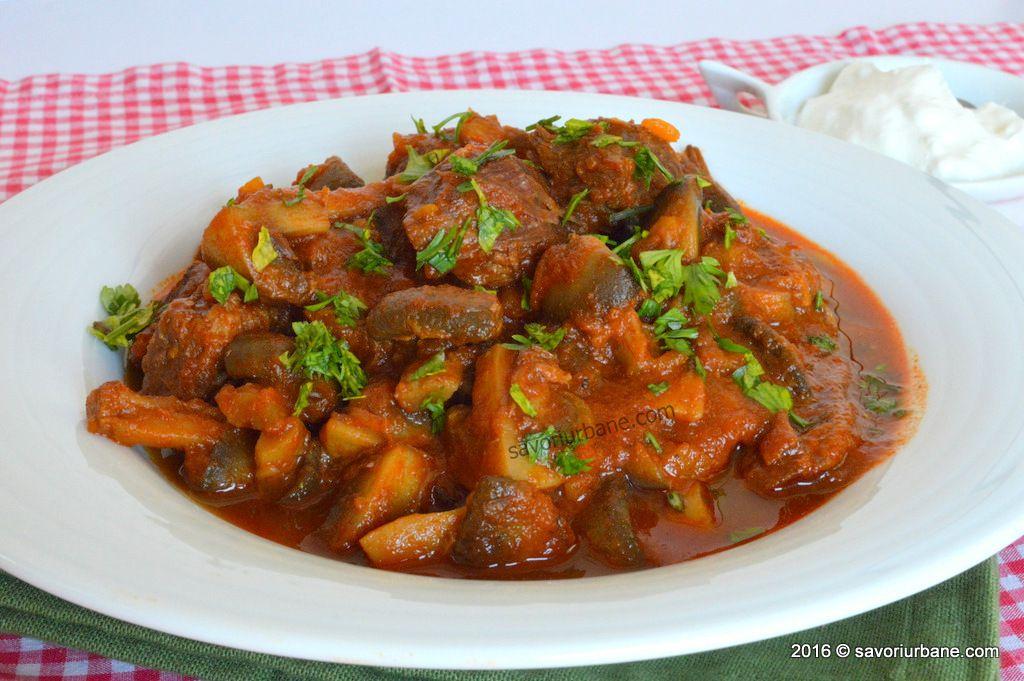 Tocăniță de porc cu ciuperci și sos cremos de smântână – porc Stroganoff