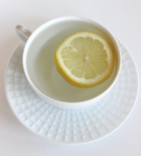 apa calda cu lamaie detoxifiere)