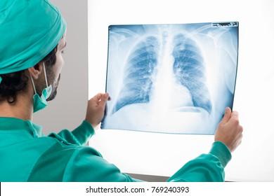 """Dr. Irina Strâmbu, medic pneumolog: """"În cancerul pulmonar, radiografia singură nu este o soluţie"""""""
